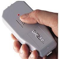 DAZER hordozható ultrahangos kutyariasztó kézben